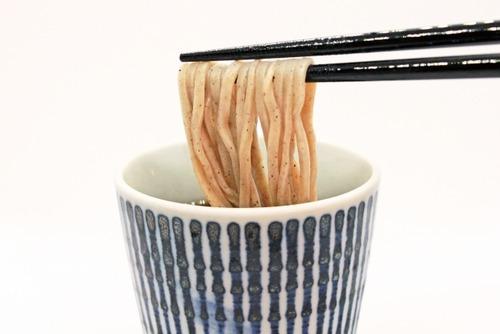 蕎麦通「蕎麦はまずそのままいただき風味を味わう。その後はつゆを3分の1ほどつけていただく」