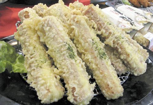 熊本で年間200万本を売り上げる「ちくわサラダ」 ちくわの穴にポテトサラダが入ったちくわ天