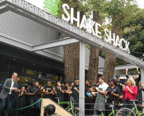 NY発のハンバーガーショップ「Shake Shack(シェイクシャック)」日本1号店が北青山にオープン…開店時は徹夜組5人含む400人が行列