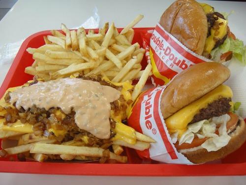 【画像】アメリカで食える500円チーズバーガーセットの量wwwwwwwwwwwwww