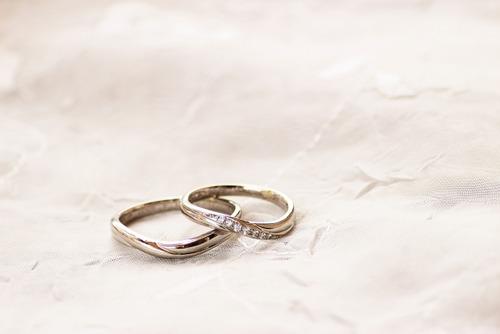 政府「新婚に金配るから税金取るでw」独身「く、くるちぃ…」