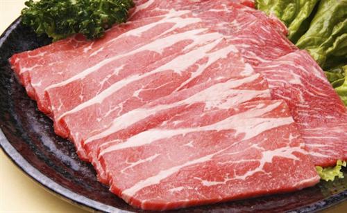肉を食うために牛が屠殺されてる事実