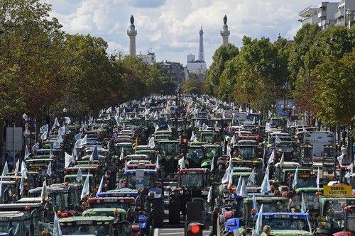 フランス・パリで農家が大規模デモ トラクター1500台で道路を埋め尽くす