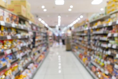 「レジ前の透明パネルを殴る」「個数制限を超えて買おうとする客」「品切れにキレる年配客」 スーパーの店員はみんな疲れている