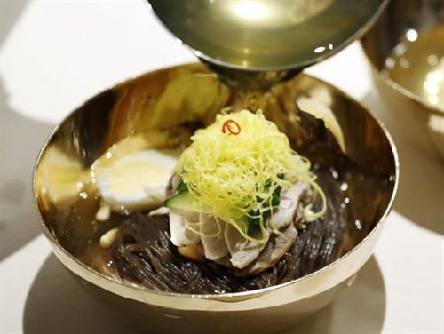 【平壌冷麺】金正恩「麺がスープ吸いすぎて不味くなってんぞ。本当はもっと美味いんだぞこれ」