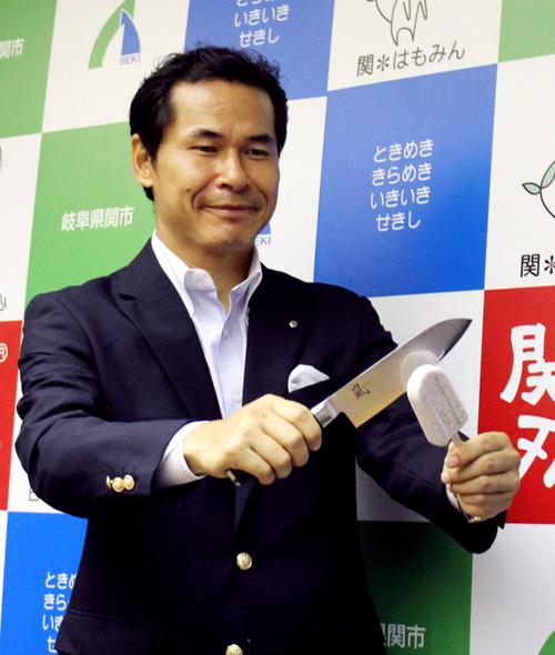 どっちが硬い? 関市、ふるさと納税のお礼として包丁と井村屋のアイス「あずきバー」のセットを贈ると発表