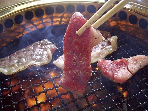 焼肉屋でのトッモ「ほら、肉焦げてるよ(ポイポイ」「あ、焼けてる焼けてる(ポイポイ」ワイ「」
