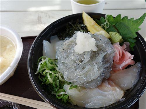 俺「江の島に来たら生シラス丼でしょ」 友A「まっず何これ!?」 友B「臓物の味がする」 友C「生シラスどけて食ったらうめーぞ!!」