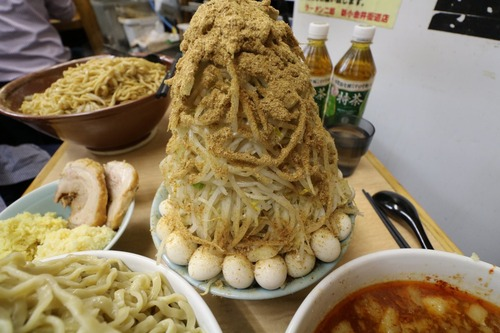 ラーメン二郎でとんでもない量のラーメンを食べる人が現る