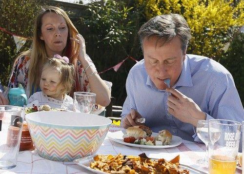 ナイフとフォークでホットドックを食べたイギリス首相の写真がネタにされる