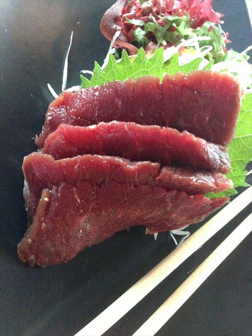 Blue_whale_meat_sashimi_R