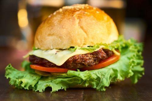 【朗報】ワイハンバーガー担当大臣、ハンバーガーにレタスとトマトを挟むことを禁止する