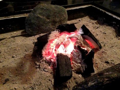 嫁の実家に行ったら囲炉裏で餅焼いてくれたんだけど灰がすごくて気持ち悪かった件