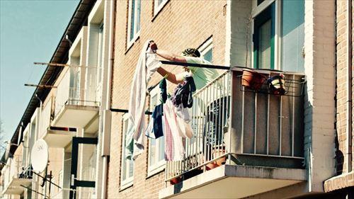 アパート借りて一人暮らしする時って両隣の人に挨拶しにいった??