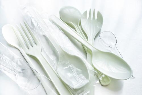 【悲報】コンビニ店員、まーたそぼろご飯に箸を入れる