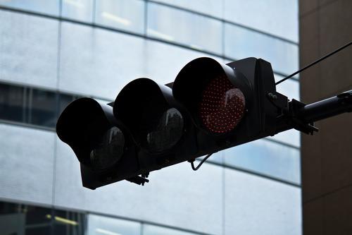 赤信号を駐車場でショートカットする「コンビニワープ」に集まる批判