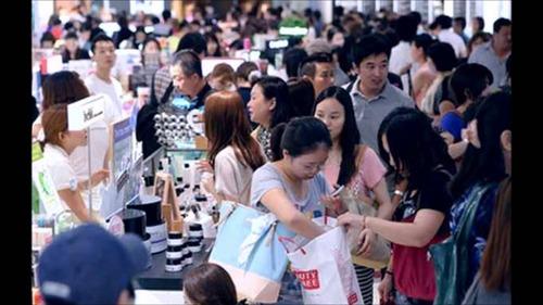 【国際】中国人客「爆買い」沈静化か…株価の下落局面で