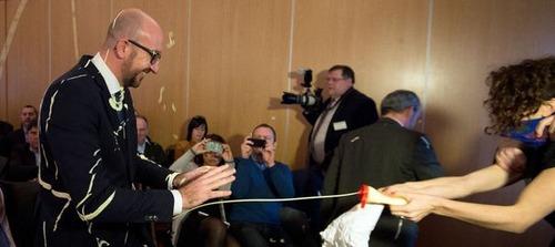 【動画】ベルギー首相、演説中に女性権利団体にフライドポテトとマヨネーズをぶっ掛けられて苦笑
