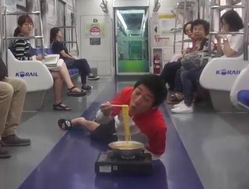 電車内にカセットコンロを持ち込みラーメンを食べる動画を撮影する迷惑ユーチューバーが炎上