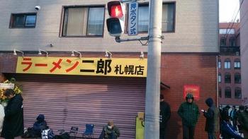 【画像あり】本日、ラーメン二郎札幌店がオープン!早朝から行列が出来る