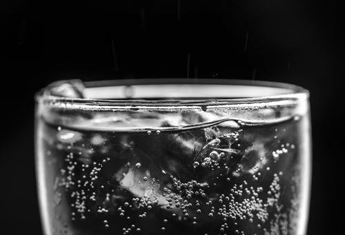 『炭酸水』とかいう数年前まではコンビニでも売られず誰一人として飲んでなかった謎の飲料