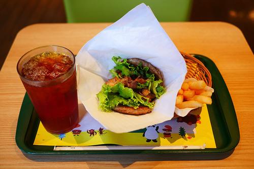 モスバーガーが肉と肉で肉と肉をサンドした「にくにくにくバーガー」を発売きたあああああ!!