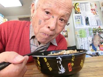 【画像あり】水木しげるさん(91)がすた丼をお持ち帰り