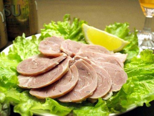 塩漬けの豚すね肉を煮込んで作るドイツの家庭料理「アイスバイン」の作り方