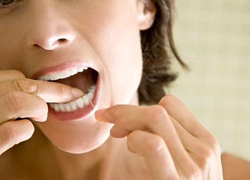 歯医者「歯磨きしたあとにフロスしてないやつ、歯磨きの意味ないぞ」