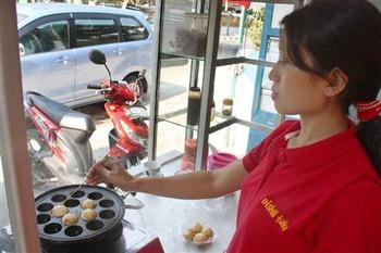 「たこ焼きはオシャレなオヤツ」インドネシアで専門店急増