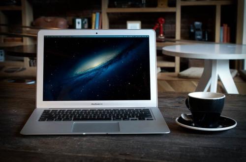 スタバでMacBook Airしてる人ってかっこいいですけど実際あれ何してるんですか?