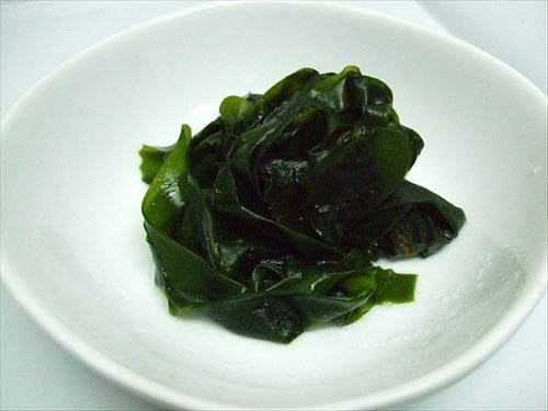 1200px-Boiled_wakame_R