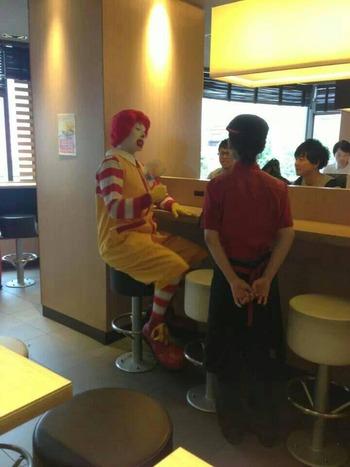 【悲報】マクドナルドにドナルドさんが来店!!→子ども0人ドナルド激おこ