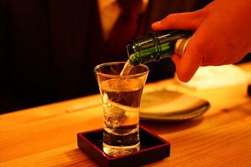 日本酒一杯目ワイ「ああ^~米の味が口を伝わって体に染み渡るゥ^~」