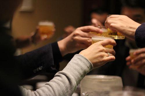 職場の飲み会に「参加した方が良い」・「参加するのは時間の無駄」