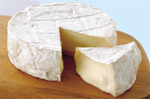 カマンベールチーズって白い皮見たいのも食うの?
