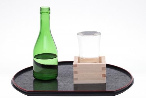日本酒をグラスに注いで升に溢れさせる演出って汚くね?でかいグラスに注げばいいじゃん