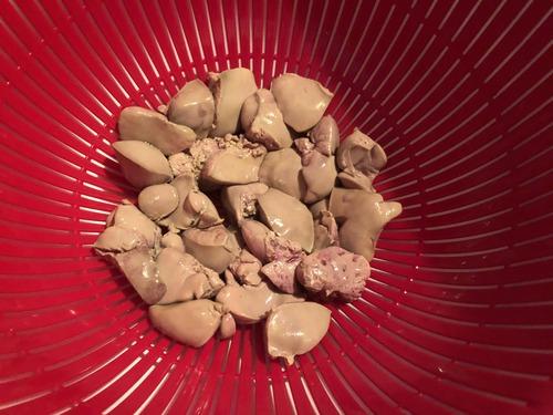 小腹空いたから鶏レバーの煮込みと砂肝のニンニク炒めつくるぞ!