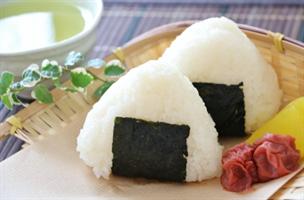 西洋「パイ生地に料理を包んで、と・・・日本くんは?」日本「おにぎり」