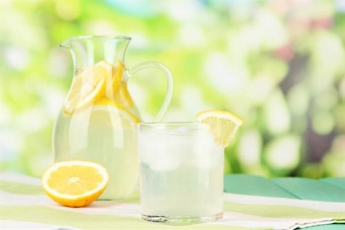 大学にレモンを水に浸した飲み物持ってきてる女がたくさんいるんだが