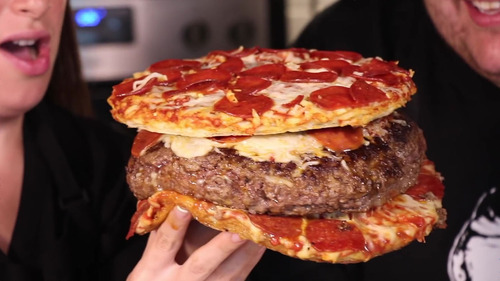 ピザを入れたハンバーグを、ピザで挟むデブ歓喜のハンバーガーきたーーーーー!!!
