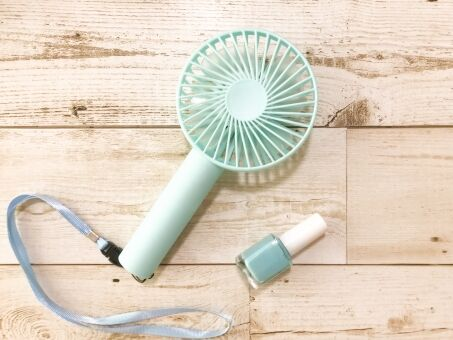 街にいる若い女がハンディ扇風機持ってるけどあれ効くんか?