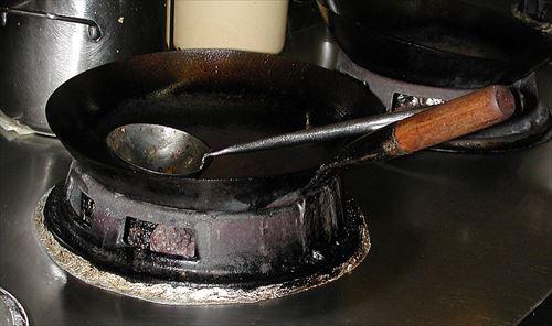 バイト先の店長「あのさぁ!!何勝手に中華鍋洗剤で洗ってんのォ?!俺が10年育ててきた鍋だぞ!!ふざんけんよオオオオオオオオ!!」