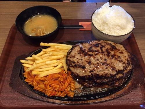 このハンバーグステーキ定食を15分以内で食べきれば無料らしいけど
