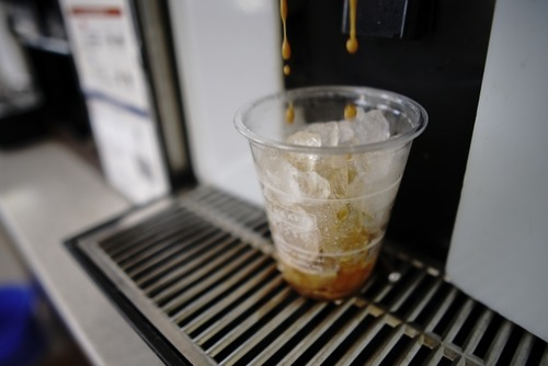 コンビニでコーヒーを多く注ぎ陸自の教官が停職20日  3ヶ月間で計2550円分多く注ぐ
