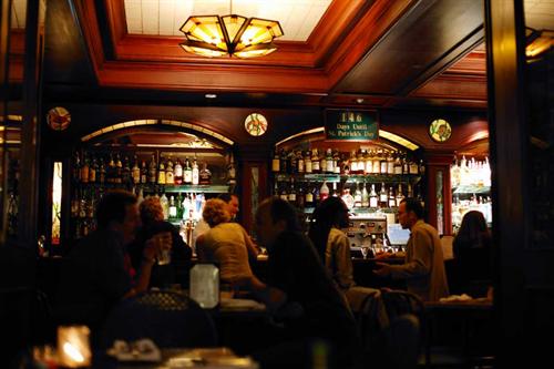 女ひとりでバーに飲みに行くってどうなん?