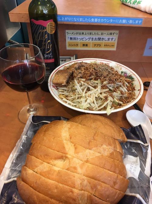 【悲報】二郎系ラーメン屋にワインとフランスパンを持ち込む奴が現れるwwwwww