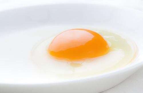 目玉焼きに醤油かソースで議論になるのに卵かけご飯だと醤油一択になるのはなんでだろう