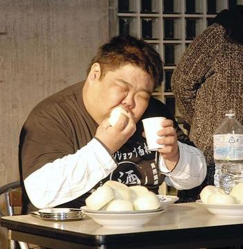 生タマネギ早食い競争、山口さんがギネス世界記録の29秒56で優勝(画像あり)