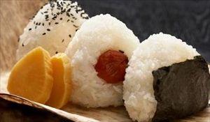 和歌山県みなべ町で、おにぎりを作るときは具を梅干しにするよう呼びかける「梅干しでおにぎり条例」成立